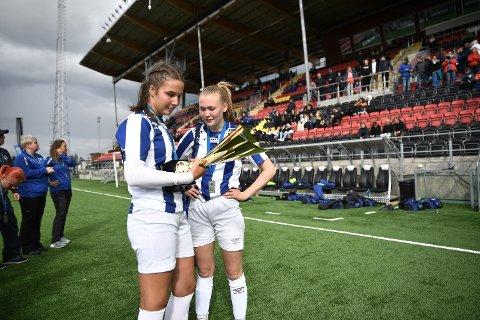 KORONAFRITT: Verdal-spillerne Laura Emilie Ekseth og Thea Salberg studerer pokalen de fikk for andreplassen i Storsjöcupen. I år som i fjor er turneringen kansellert.