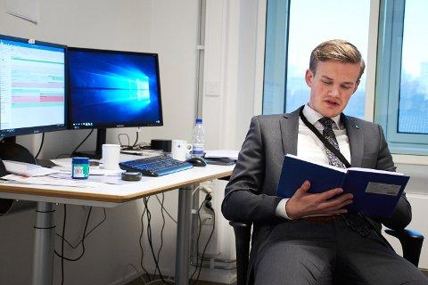 22-år gamle Lars Øye Brandsås  (V) fra Inderøy begynte som politisk rådgiver i  Kunnskapsdepartementet i januar. Nå venter ny utfordringer i Næringsdepartementet.
