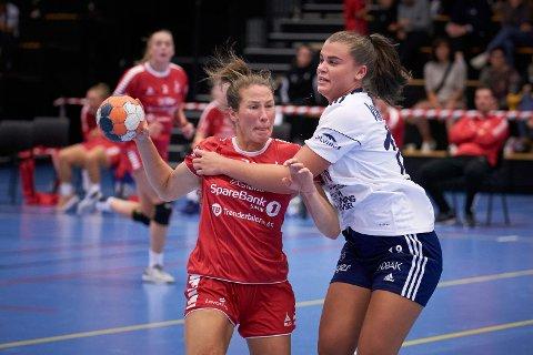 FIKK DET TØFT: LHKs Hege Hov Lomsdal blir stoppet av Byåsens Mathilde Arnstad.   Byåsen vant til slutt NM-kampen 15-37.