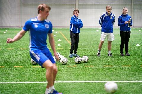Materialforvalter Tommy-André Fossli Hauge, trener Frode Sandvik og oppmann Andrea Liff Sandvik under en trening med Vukus fotballherrer.