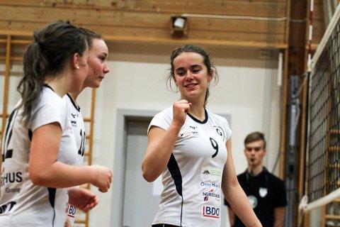 GLEDELIG: Grong innledet 2. divisjon med to poeng etter seier 3-2 over et NTNUI-lag. Her allsidige Maren Moe (9) sammen med Maja Gravbrøt (t.v.) og Emma Kristine Fiskum.
