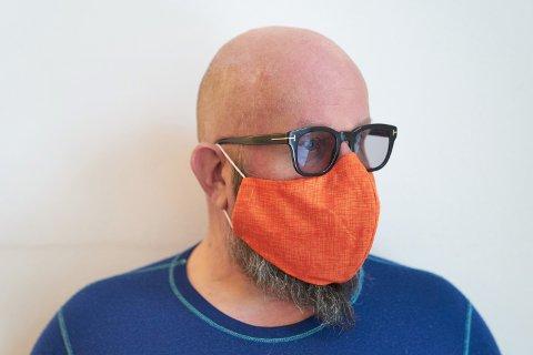 KNALLORANSJE: – Jeg har alltid vært glad i oransje, sier Jon Håkon Boneng, 52-åringen som om kort tid håper at han kan åpne sitt nye møtested «RAUS». Der kan det hende du møter flere med knalloransje munnbind...