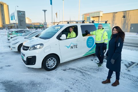 EL-VAREBILER: I løpet av de nærmeste årene får servicetekniker Anders Nyborg og alle andre montører og serviceelektrikere i NTE el-varebiler når opp mot 350 fossile varebiler skal skiftes ut. – Dette skal bidra til å gjøre Trøndelag klimanøytral, sier markedsområdeleder Ketil Berg og Marit Gystøl som er leder for bærekraft i NTE. I bilen: Anders Nyborg, servicetekniker.