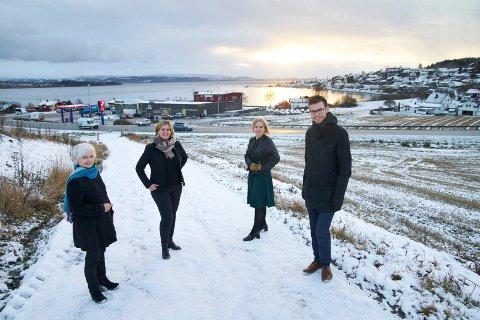 """SAMARBEIDER: Sp-ordførerne Anita Ravlo Sand (Levanger), Anne Berit Lein (Steinkjer), Ida Stuberg (Inderøy) og Pål Sverre Fikse (Verdal) forsikrer, sammen med Snåsa-ordfører Arnt Einar Bardal om at de samarbeider i kampen om å """"vinne"""" batterifabrikken Hydro, Equinor og Panasonic har planer om å etablere ett eller annet sted i Norge."""