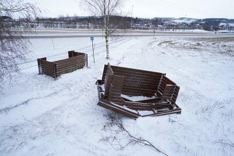 DELT AV VINDEN: Et busskur mellom Vinne og havnekrysset i Verdal ble delt i to og ødelagt av vinden.