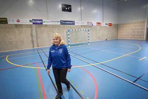 KOSTBART: Barne- og ungdomslagene til IL Aasguten er blant håndballklubbene som må betale dyrt for halleie.  Styrleder Aase Vedul Moen setter pris på den nye Åsenhallen, men skulle gjerne sett prisene lavere og på linje med de andre kommunene i Nord-Trøndelag.