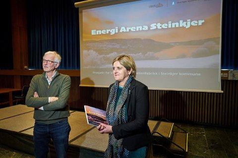 TAKSAMETERET GIKK: Prosjektleder Jacob BR.  Almlid og ordfører Anne Berit Lein da de la fram planene for  Energi Arena Steinkjer 28. januar.