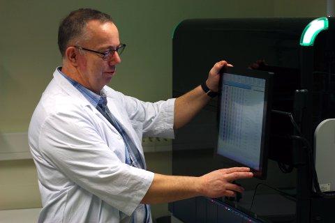 PANTEREN: Analysemaskinen «Panther» kan analysere 120 koronaprøver samtidig og på skjermen kan avdelingsleder Kjetil Landsem følge med på progresjonen for hver enkelt prøve. Etter tre og en halv time kommer svaret.