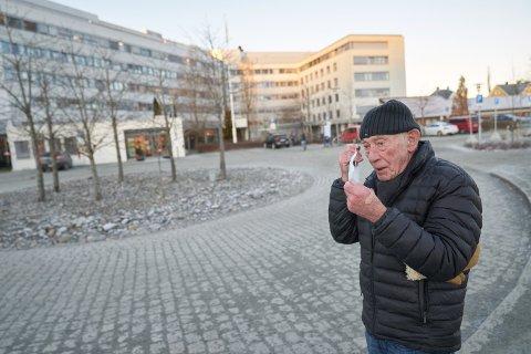 STUSSET: Olav Nergård innrømmer at han stusset over det han så på sykehuset. Han følte seg nesten utenfor der han gikk med munnbind.
