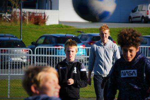 DRO PÅ SKOLEBESØK: Emil og resten av mellomtrinnet ved Frol barneskole spilte fotball med LFK-spiller Andreas Hegdahl Gundersen i friminuttet fredag.