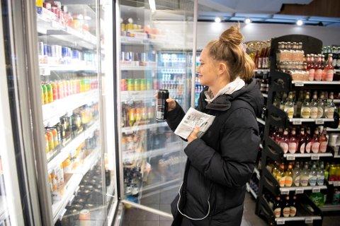 – Jeg får hjertebank og vondt i magen når jeg drikker for mye. Likevel kjøper jeg energidrikk nesten hver dag for å unngå å bli trøtt, sier student Caroline Hekland (27)  fra Åsane.