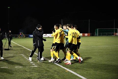 GRATULERES: Granit Buzuku feirer med lagkameratene etter å ha dunket inn 1-0 på frispark hjemme mot Ranheim-3.