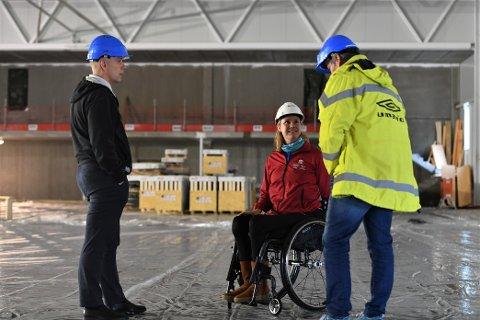 IMPONERT: Organisasjonssjef i Trøndelag idrettskrets Kjell Bjarne Helland (t.v.) og Birgit Skarstein fikk for første gang komme inn i det som blir Norges første paraidrettssenter.