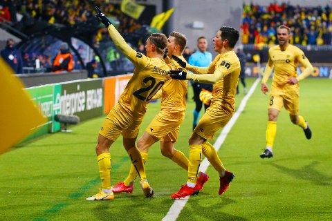 VILL JUBEL: Bodø/Glimt knuste Roma på hjemmebane torsdag kveld. De gulkledde vant 6-1. Her jubler laget etter scoring av Erik Botheim. Bak til høyre ser vi Brede Moe fra Flatanger.