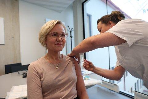 Oslo 20211022.  Helsemyndighetene forventer at influensasmitten kommer for fullt etter pandemien. Helse- og omsorgsminister Ingvild Kjerkol oppfordrer både helsepersonell og de i risikogruppene om å ta influensavaksinen. Her tar hun selv vaksinen. Foto: Beate Oma Dahle / NTB