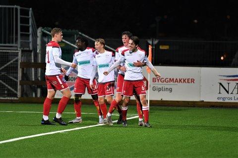 JUBEL: Simen Moksnes gratuleres etter å ha satt inn kveldens første scoring i kampen mellom LFK-2 og Byåsen-2.