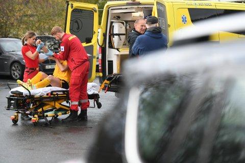 HJELP: Her får Sindre Sakshaug hjelp fra helsepersonell etter å ha slått skulderen ut av ledd.