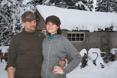 IDYLL VED FEREN: Gunnar Aasvold og Veronika Friberg bruker gjerne mange timer i smia ved Feren i Meråker.