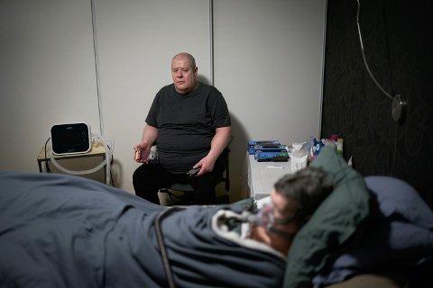 TØFFE DAGER: Olve Sem har tatt seg av sin svært syke samboer døgnet rundt i flere år. Han har ikke sovet ei hel natt på to år.