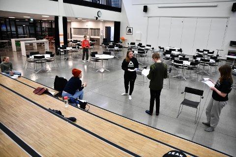 """ØVER: Ungdommene i Levanger Nye Teater er i full gang med å øve til """"Legenden om Narnia: Løven, heksa og klesskapet"""" på Levanger ungdomsskole. I juni blir det forestilling i Festiviteten."""