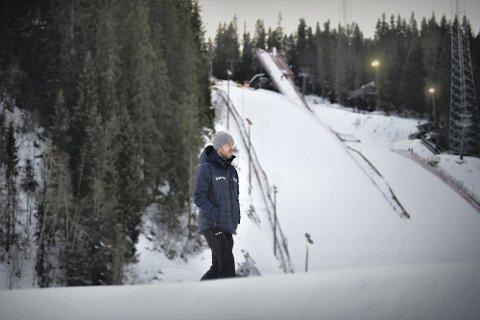 TRENER: Andreas Stjernen tror talentutviklingen i Trønderhopp vil sikre fremtidige stjerner fra Trøndelag, men erkjenner: - I Nord-Trøndelag står skiidretten såpass sterkt at man kan si at vi burde ha noen i toppen.