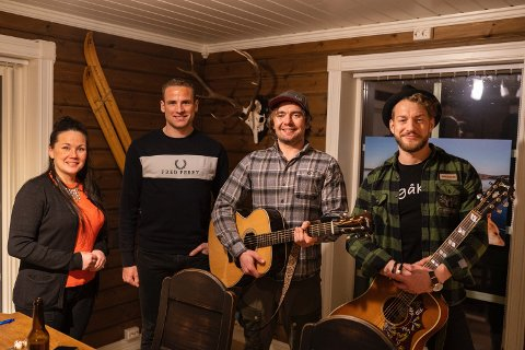 Overrasket: Jens Kvernmo overrasket seerne med sang og gitarspill i fredagens sending fra stua si. Her med Ellinor Marita Jåma, Niklas Dyrhaug og Magnus Hestegrei.