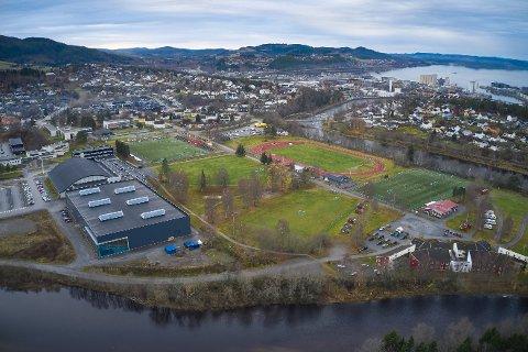 HER BLIR DET FOTBALLHALL: Fotballhallen foreslås bygget parallelt med Steinkjerhallens friidrettsdel (hallen nærmest til venstre i bildet). Fotballhallen bygges med toppfotballstørrelse som er definert til 68 x 105 meter spilleflate.