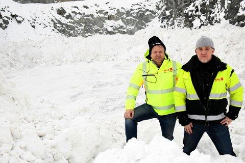 SNØDEPONI: Maskinentreprenør Odd Einar Kne AS har nå  tilrettelagt og fått godkjent et snødeponi ved Asphaugen i Steinkjer. Her representert ved daglig leder Odd Einar Kne (t.v.)  og administrerende leder Odd Haugdal.