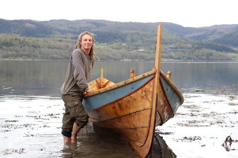 LIDENSKAP: Verdaling Aage Arnold Haugan (23) er en av to lærlinger ved båtbyggeriet ved Museet Kystens Arv. Nå har han fått stipend.