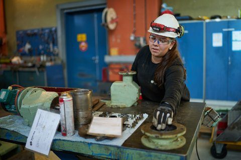 STORTRIVES: Trøndelag ligger godt foran resten av landet, som nettopp har opplevd rekordantall jenter som søker seg til mannsdominerte yrkesfag.  Industrimekaniker Margrethe Frisli Jacobsen (21) stortrives som lærling ved Norske Skog Skogn.