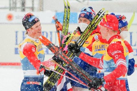 DRAMA: Det ble en meget spennende VM-stafett i Oberstdorf fredag. Her gratulerer Aleksandr Bolsjunov Johannes Høsflot Klæbo og Emil Iversen med gullet.