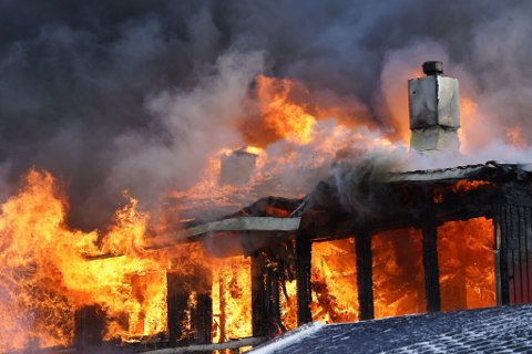 OVERTENT: Alle nødetatene er på plass etter at de fikk melding om brann i et bolighus i Levanger lørdag ettermiddag.