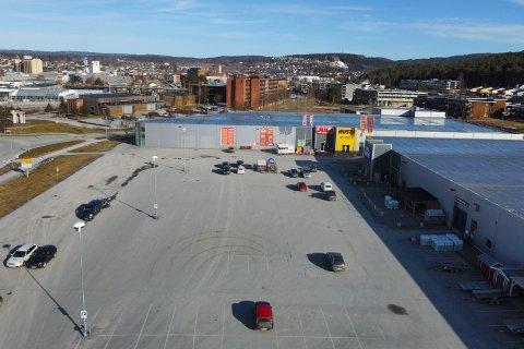 ÅPENT: Slik så det ut på parkeringsplassen hos Jula, Rusta og Obs Bygg mandag morgen. Selv om disse varehusene får holde åpent er det lite folk der.