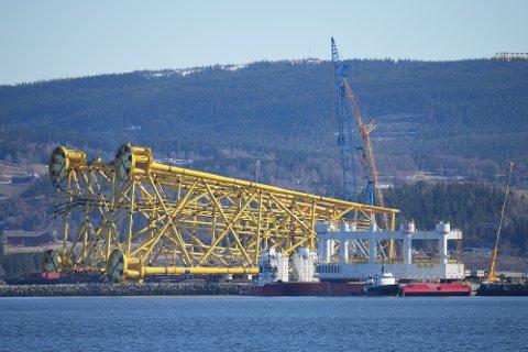 NYTT MARKED: Den nye, hvitmalte havmerden ser liten ut sammenlignet med det gule stålunderstellet i bakgrunnen, men vil veie 3800 tonn når den står ferdig.