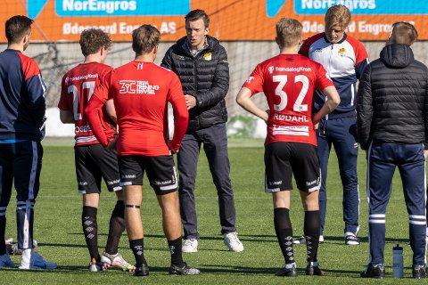 FORNØYD MED DET HAN BLE SERVERT: Stjørdals-Blinks trener Thomas William Dent prater med spillerne etter treningskampen i fotball mellom Molde og Stjørdals-Blink på Aker Stadion.