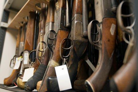 UOVERSIKTLIG: Tall Trønder-Avisa har fått utlevert fra Trøndelag politidistrikt, viser at mange våpen i dødsbo ikke blir avhendet. De over 8.000 våpnene er registrert på 4.042 våpenkort.