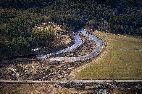 FLYTTET ELVA: Grunneieren har flyttet en strekning av elva på nesten 300 meter. Det gamle elveløpet er stengt igjen, men det er fortsatt noe vann i den gamle kanalen. Nå vil NVE at grunneieren skal rette opp etter seg.