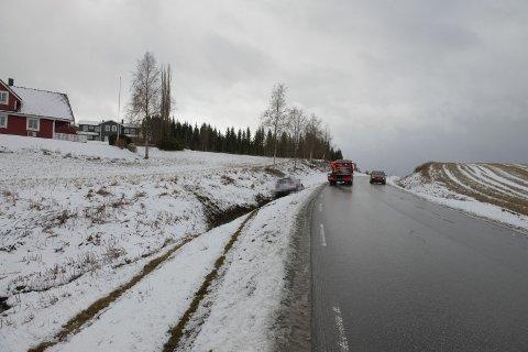 100 METER SPOR: Bilen har vært på vei mot og i grøfta ca. 100 meter før den stanset. Utforkjøringen skjedde like bortenfor Forneselva.