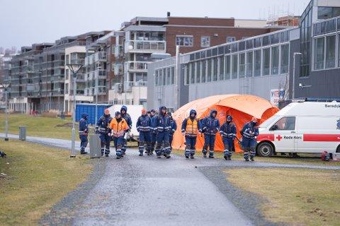 FORTSETTER SØK: Sivilforsvaret og Røde Kors er tirsdag morgen på plass for å bistå i søket etter den savnede mannen i Levanger.