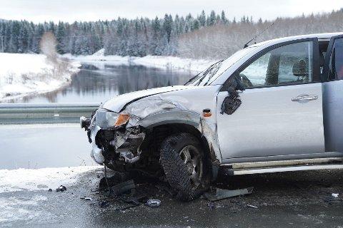 KJØR FORSIKTIG: To biler kolliderte i Ogndalsvegen torsdag formiddag. Det meldes om vanskelige kjøreforhold flere steder.