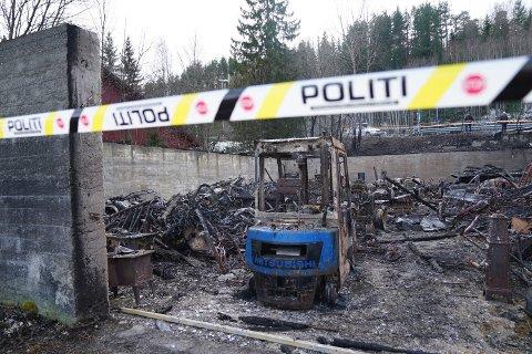 NEDBRENT: Branntomta i Bogen i Steinkjer slik den så ut etter lagerbrannen natt til fredag. Politiet tror det blir vanskelig å finne brannårsaken.