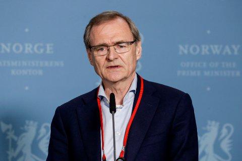 VIL GI FRIVILLIG: Lars Vorland under en pressekonferansen mandag. Utvalget er delt i synet på frivillig vaksinering med AstraZeneca og Janssen.