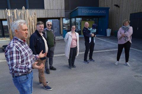 TVERRPOLITISK ENIGHET: Andre Skjelstad (V), Tore Kristiansen (Frp), Jørn Ludvig Bergsmo (Sp), Øystein Bjørnes (H) med sønnen Jens (1), Christine Agdestein (H) og ordfører Anne Berit Lein (Sp).