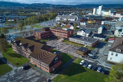 MODERNISERING: Kommunedirektøren i Verdal foreslår å bruke nesten 100 millioner kroner på å modernisere rådhusområdet. Det innebærer blant annet oppgradering av alle tre etasjer i Helsehuset (til venstre) og riving av paviljongen som ble bygd på rådhuset i sin tid. Denne skal erstattes av et bygg på drøye 1.000 kvadratmeter i to etasjer.