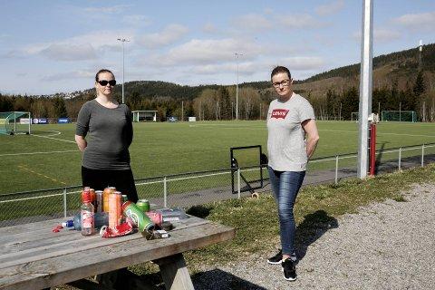 FRYKTER SMITTE: Janne Aagesen (t.v.) og Kristin Lillemark i Byafossen IL har varslet kommuneoverlegen etter  russesamlingen torsdag kveld. Rundt 150 ungdommer var samlet på stadion.