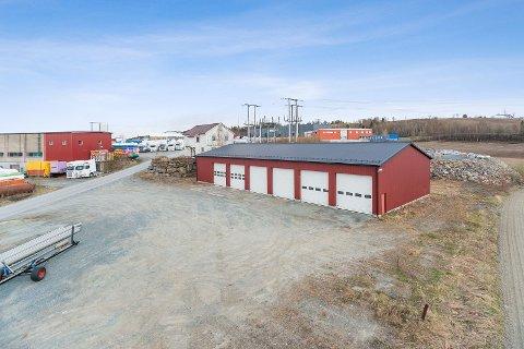 GARASJEPLASS: Tensio selger denne eiendommen i Levanger. På eiendommen står en garasje og et gammelt kontorbygg.