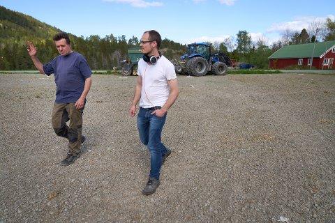FIBER: Tor Oluf Kjølen (t.v.) og Magnus Jøraas på Ekne i Levanger har så langt nektet å underskrive en grunnrettsavtale med NTE som lar de få grave fiber over grunnen deres.