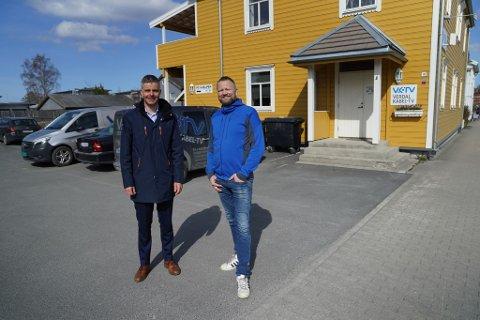 OPPKJØP: Konserndirektør Odd-Eirik Grøttheim (t.v.) for telekom i NTE og daglig leder Torodd Formo i Verdal kabel-tv under signeringen torsdag.