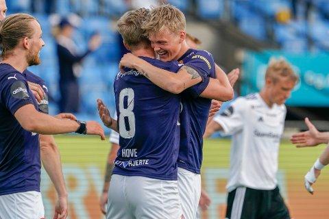 SEN SCORING: Johan Hove og Halldor Stenevik feirer scoringen til sistnevnte, som avgjorde kampen 2-1 til Strømsgodset mot Rosenborg på Marienlyst stadion søndag kveld.