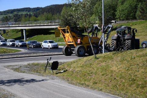 MISTET HENGEREN: Tilhengeren falt av traktoren like foran UP, som hadde fartskontroll i 60-sonen på Røra.